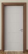 Bela sobna vrata od medijapana sa pervajz lajsnama od furnira u braon boji